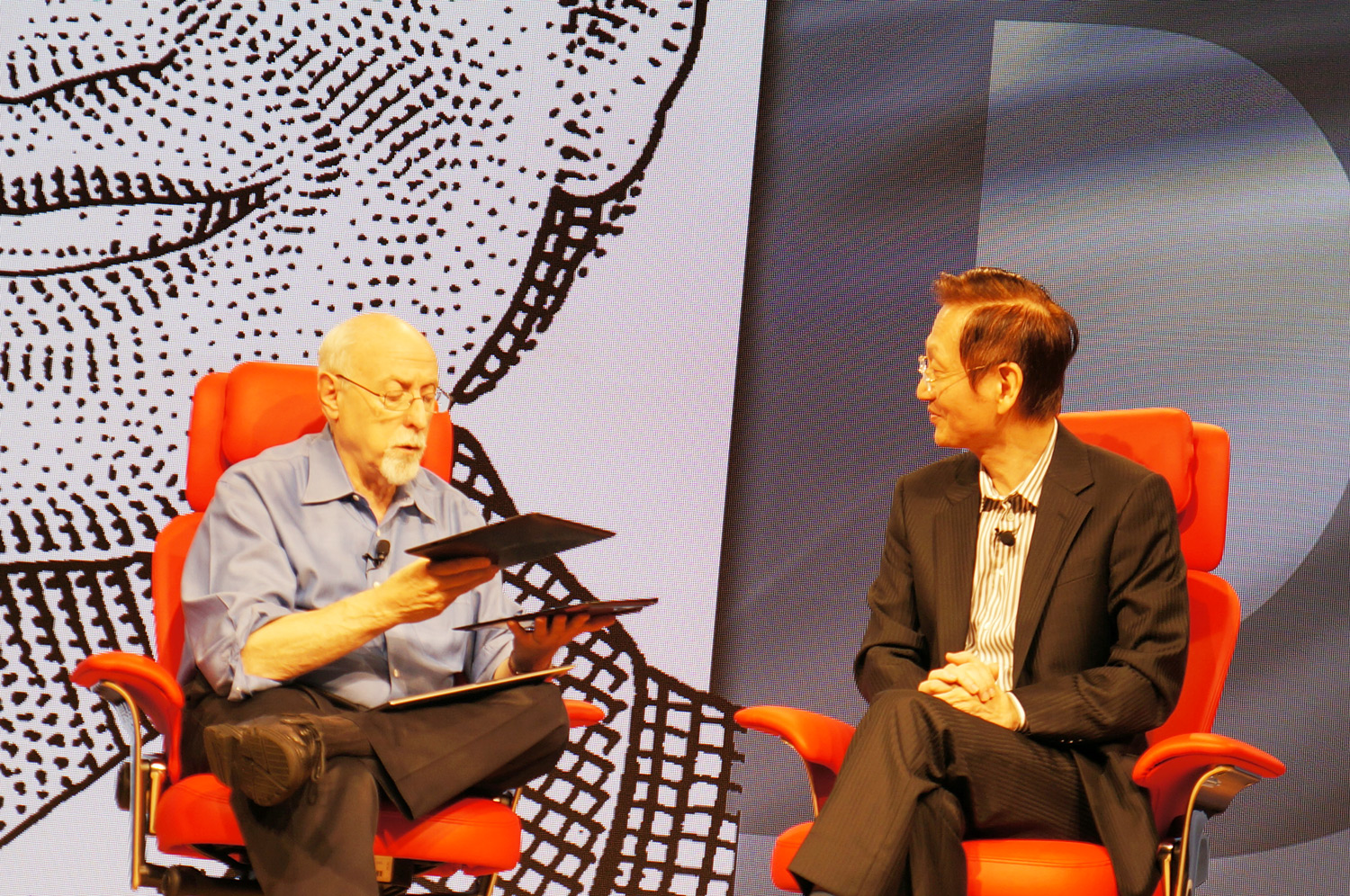 ASUS-AsiaD-Event-Walt-Mossberg-with-Eee-Pad-Transformer-Prime-undocked
